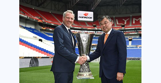 De izquierda a derecha el director de Marketing de la UEFA,  Guy-Laurent Epstein, y Han-Jun Kim, Presidente de Hankook Tire Europe.